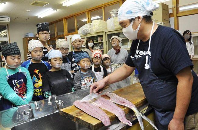 シイラについて魚屋さんから学ぶ児童たち(馬路村の魚梁瀬小)