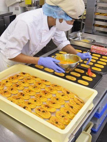 「ひがしやま」製造にフル稼働する加工場(四万十町十和川口の「おちゃくりカフェ」)