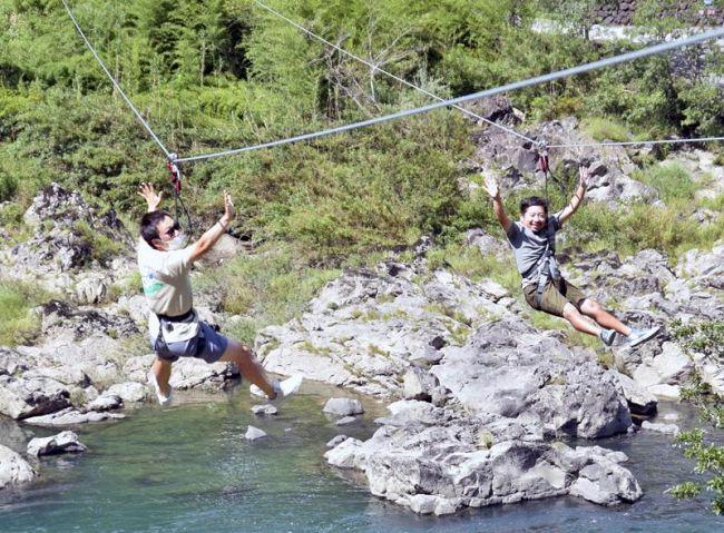 盛況が続く四万十川ジップラインを楽しむ観光客(四万十町十川)