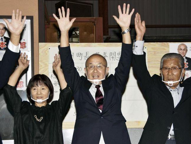 初当選を果たし、支持者らと万歳する松本敏郎氏=中央(黒潮町下田の口)