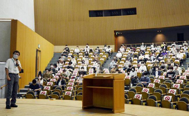 高知工科大で1年生の対面授業再開。学生たちは1席ずつ空けて着席した(香美市土佐山田町の香美キャンパス)