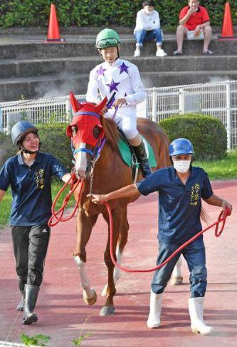 井上瑛太騎手が乗る馬を引く祖父の松崎健次さん=右(高知競馬場)