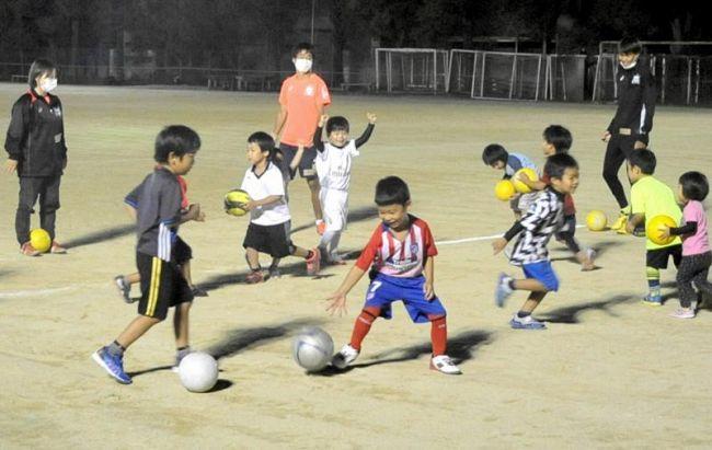 9月上旬に再開した高知大のサッカー教室。学生はマスクを着用するなど、コロナ対策も実施している(高知市曙町2丁目の同大)
