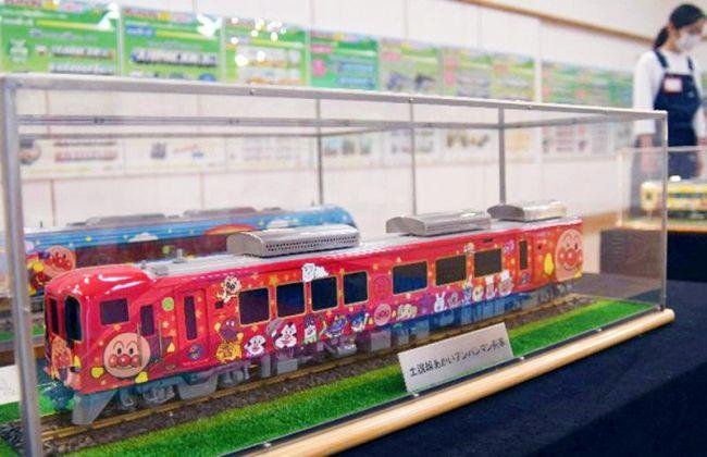 今までに運行されたアンパンマン列車が並ぶ20周年記念の模型展=香美市立やなせたかし記念館別館((C)やなせたかし/フレーベル館・TMS・NTV)