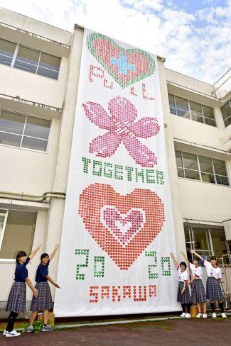 佐川高校と佐川中学校の生徒が協力して制作したモザイク画(いずれも佐川町乙の同高)