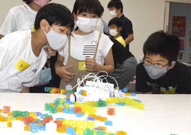 ロボットを使った「雪かきゲーム」を楽しむ参加者(四万十町役場東庁舎)