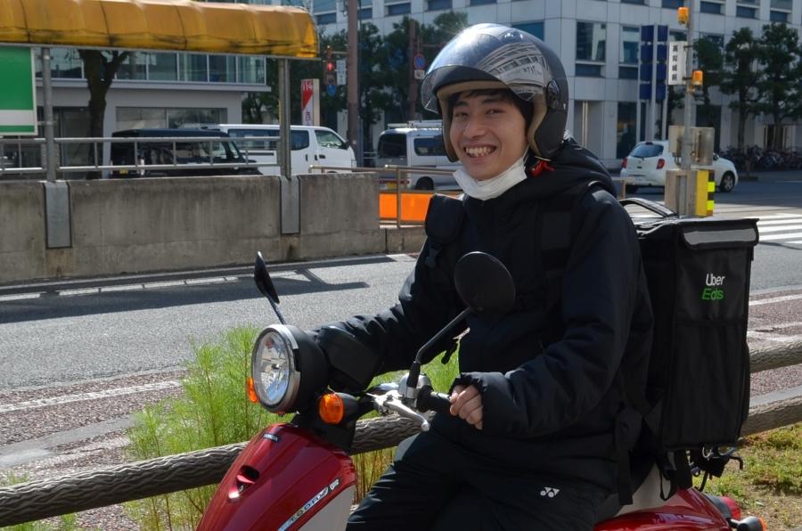 笑顔がさわやかな大学 4 年生、宮崎陸さんが届けてくれました