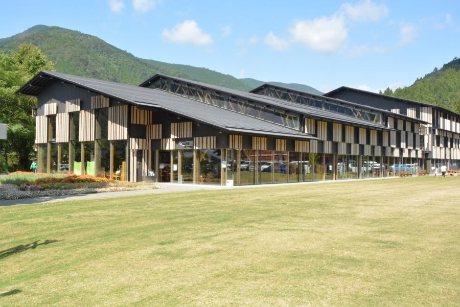 図書館前には芝生の広場