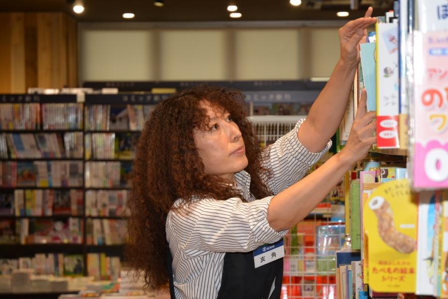 本に触るのが好きという亥角さん。「装丁とか肌触りとか、今もときめきますね」