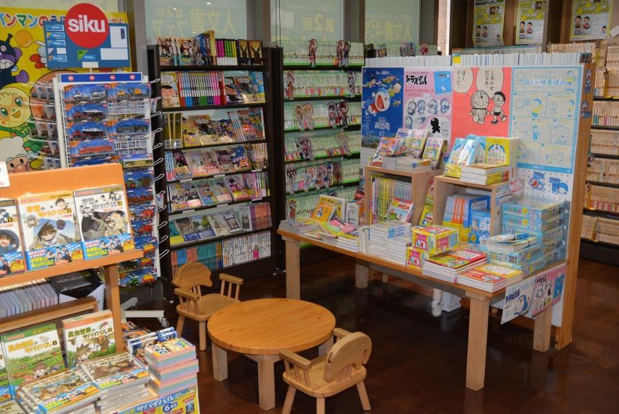 金高堂本店の子ども向け書籍コーナー。気に入った本を座って読めるスペースもあります