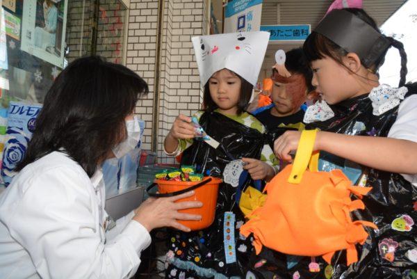 高知市の愛宕商店街で園児たちがハロウィンを楽しみました