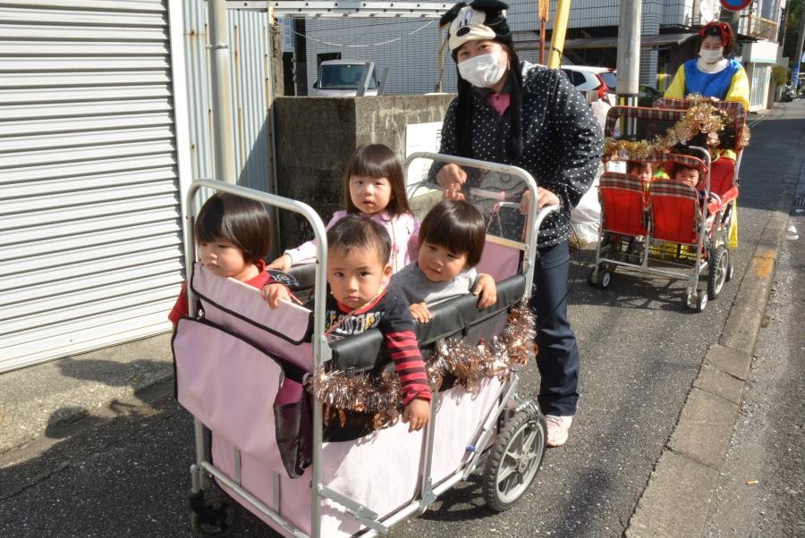 小さい子どもはベビーカーで