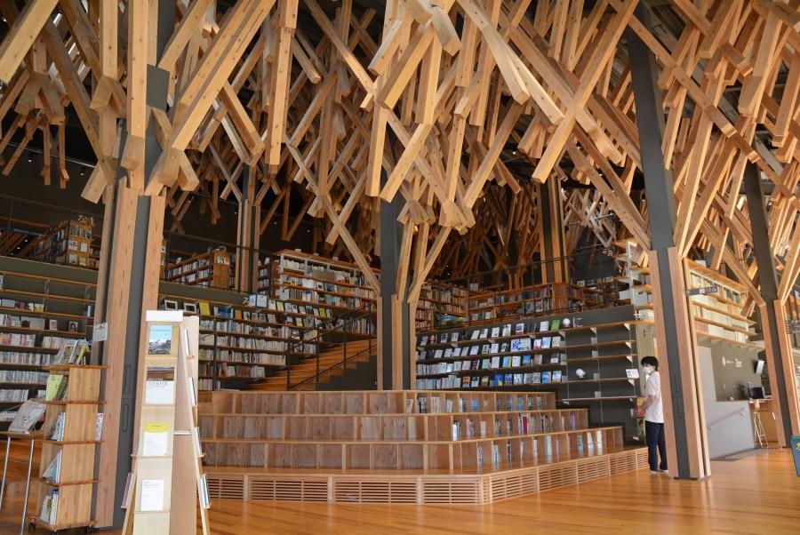 雲の上の図書館|隈研吾さんが設計。木のぬくもりが優しい梼原町立図書館