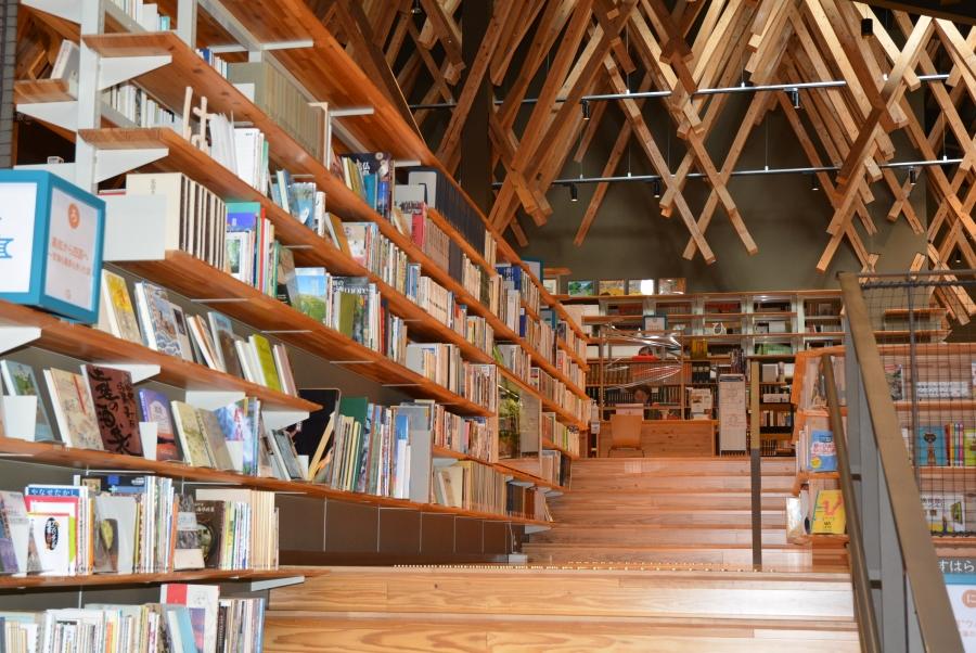 2階へと続く階段。梼原町の郷土資料や日本の文化に親しむ本が並びます