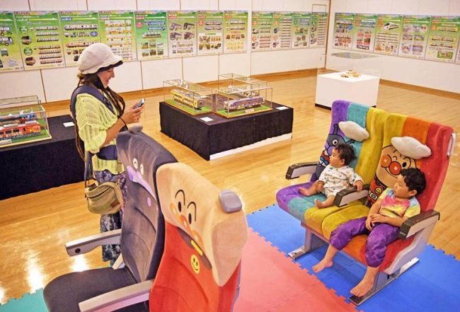アンパンマン列車の座席も展示。座って旅気分を味わえる=香美市の市立やなせたかし記念館別館((C)やなせたかし/フレーベル館・TMS・NTV)