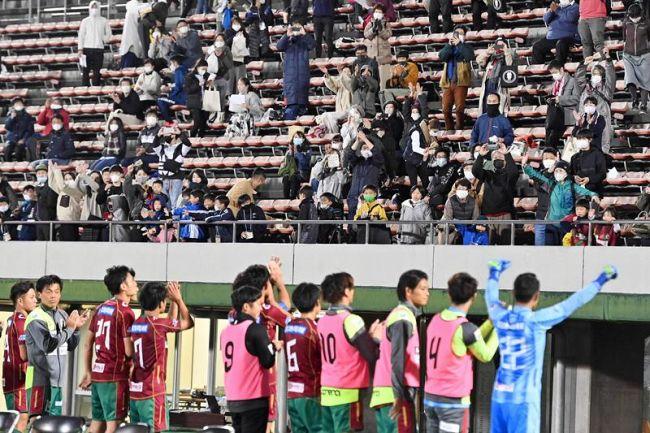 高知Uのホーム初勝利を見届け、イレブンに拍手を送るサポーター(高知市の春野陸上競技場)