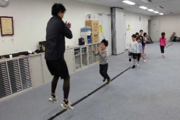 音楽に合わせて元気にジャンプ!|高知市総合体育館で「キッズリズムトレーニング体験教室」