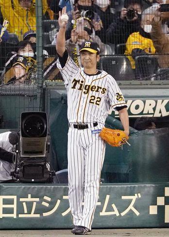 9回、引退試合の登板を終えスタンドの声援に応える阪神の藤川球児投手(甲子園球場)