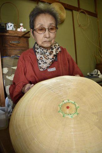 現代の名工に選ばれた竹の子笠職人の宮崎直子さん (昨年10月、芸西村和食甲の芸西村伝承館)