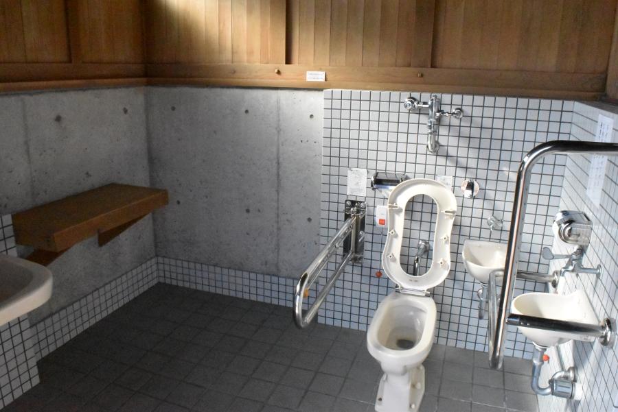 多目的トイレに幼児用便座やおむつ台があります