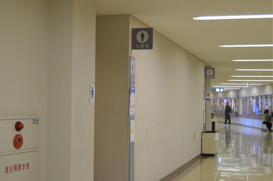 ファミリールームの外に男女トイレがあります