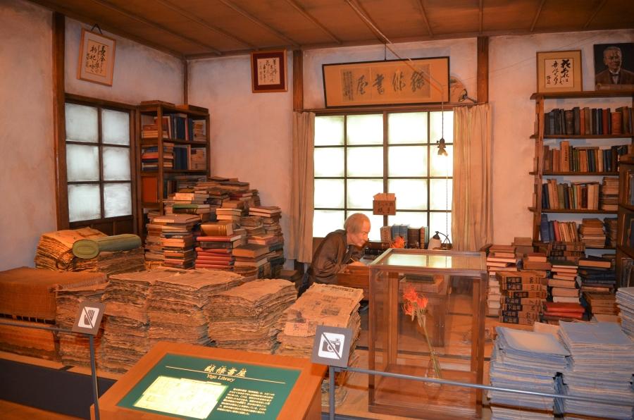 博士の書斎を再現。標本になる植物を挟んだ新聞紙や本がたくさんあります