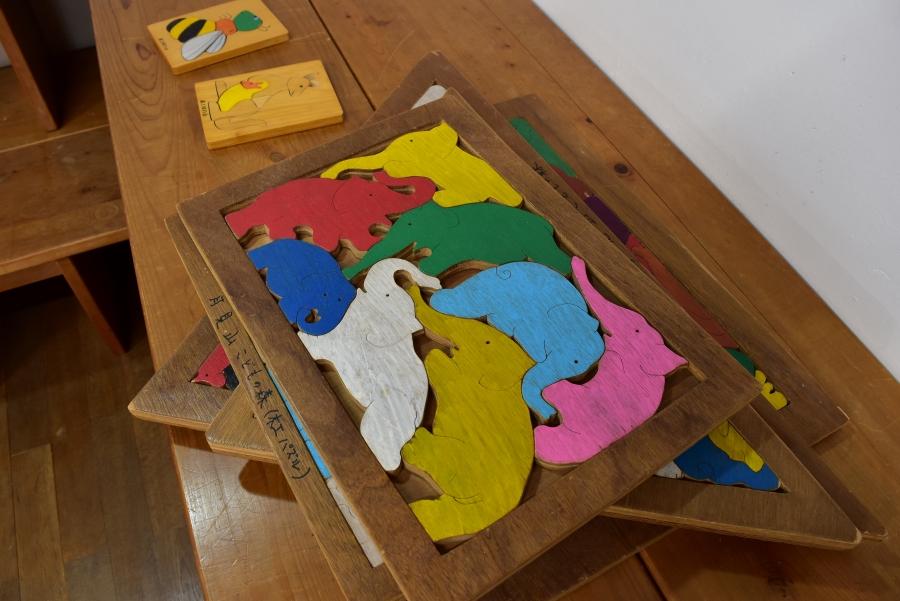 積み木やパズルが置かれています