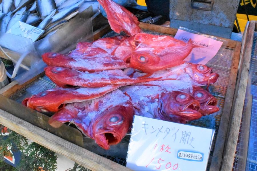室戸市は海洋深層水で仕込んだキンメダイやメジカの干物を販売