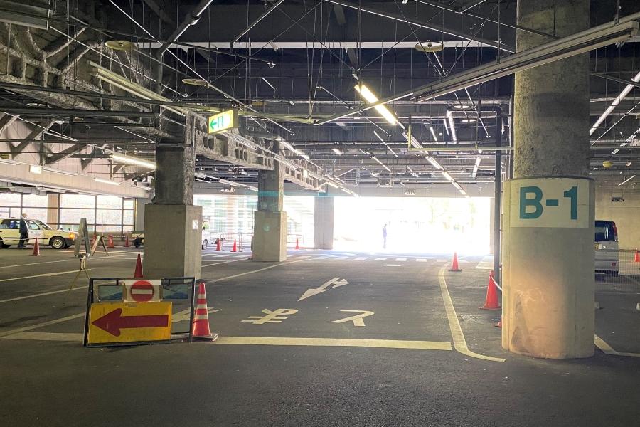 駐車場入り口付近に停めると、階段の近くです