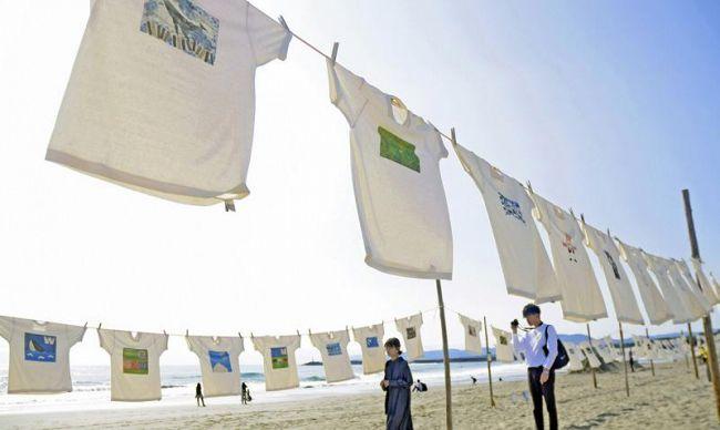 青空の下、約千枚が秋風に揺れるTシャツアート展(黒潮町入野)