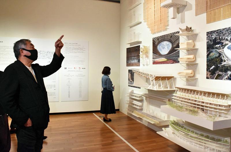 開幕した「隈研吾展」。展示に見入る隈さん=左(高知市の県立美術館)