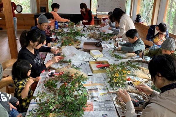 木の実や葉っぱで飾り付け|高知市で「リースづくり体験」