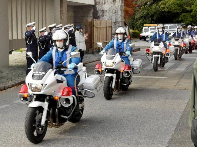 街頭指導に出発する白バイ隊員ら(県庁)