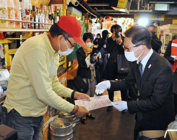 感染防止策への協力を呼び掛ける浜田知事(高知市のひろめ市場)
