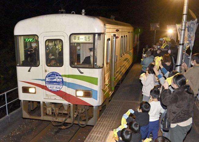 最終便が甲浦駅に到着。大勢の住民らが、鉄道専用車両のラストランを出迎えた(東洋町河内)