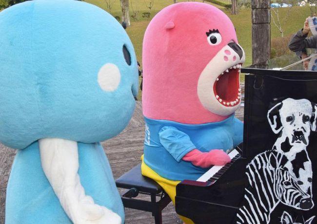 「森のピアノ」を弾くおとどちゃん=右=とくろしおくん(四万十町の四万十緑林公園)