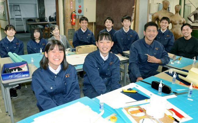 資格試験で好成績を挙げたインテリア技術班メンバー(高知市桟橋通2丁目の高知工業高校)