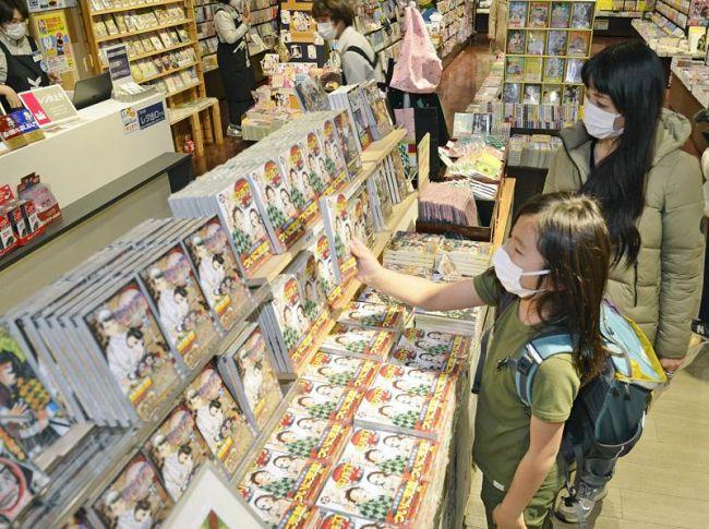 開店直後から大勢の人が「鬼滅の刃」最終巻を買い求めた (高知市の金高堂書店本店)