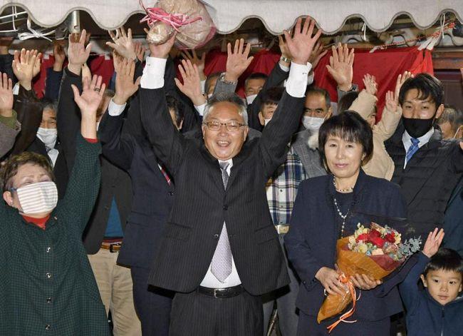初当選を果たし、支持者らと万歳する大石雅夫氏=中央(大豊町杉)
