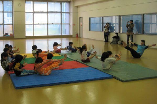 跳び箱やマット運動で動きのこつを学ぼう|高知市総合体育館で「幼児体操教室」