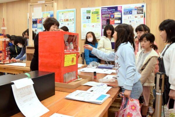力作の自由研究がずらり|高知みらい科学館で「第73回 高知市小・中学生科学展覧会」