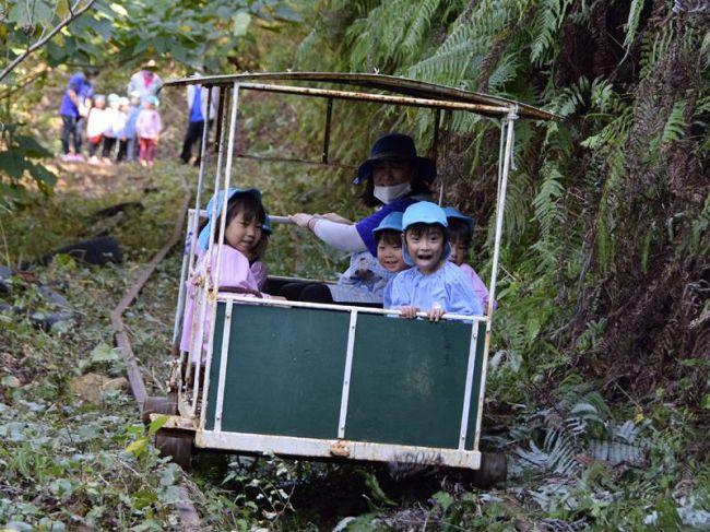 園児たちを乗せて走るトロッコ (土佐清水市浦尻)