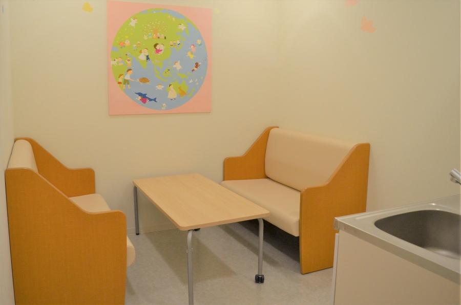 キッズ休憩室は、軽食であれば持ち込み可能です