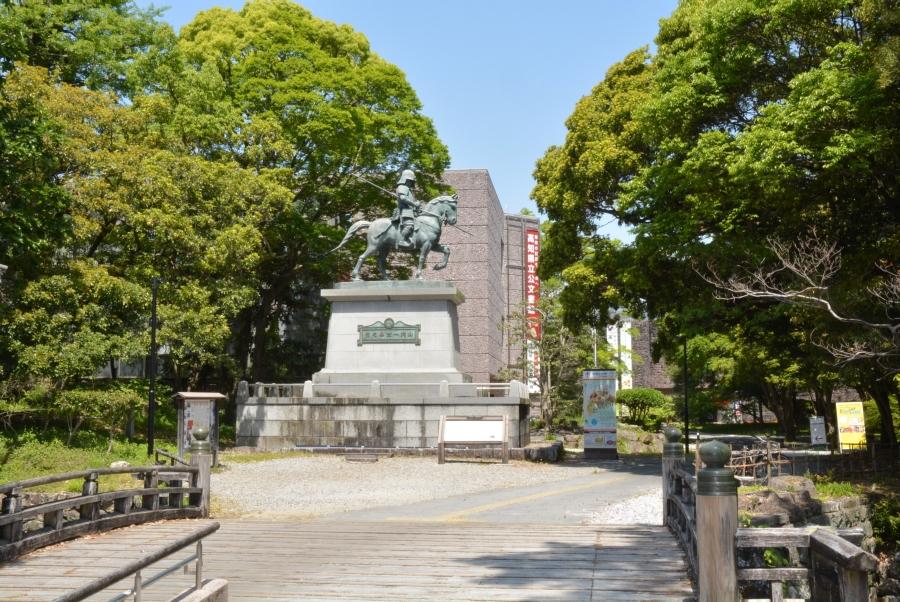 高知城の下にある山内一豊の銅像が目印