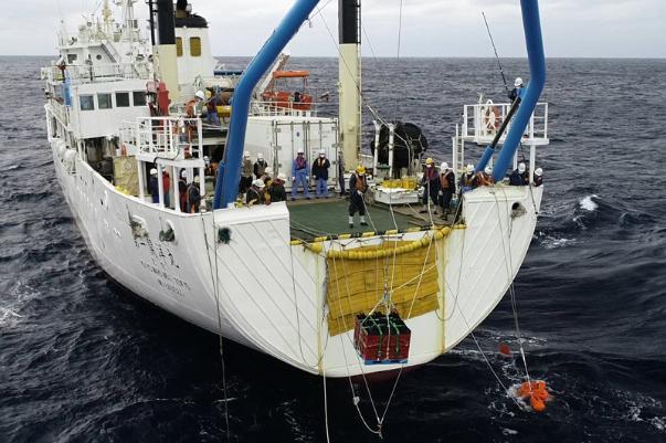 宇宙酵母はコンテナに納められ、調査船から海底へと沈められた(茨城県沖=SIP・海洋研究開発機構提供)