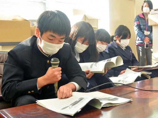 LGBTについて学んだことを校内放送で発表した生徒たち(高知市の朝倉中)