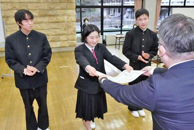 中学校の部で金賞に輝き、賞状を受け取る大川筋中のグループ(県庁正庁ホール)