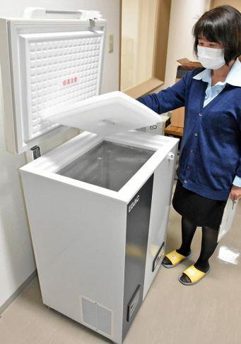 新型コロナウイルスのワクチンを保管する超低温冷凍庫(高知市神田の高知西病院)