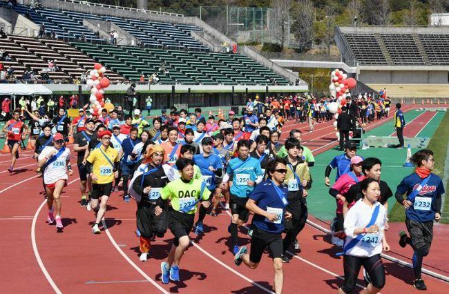 健脚を披露するリレーマラソンの参加者たち(高知市の春野運動公園)