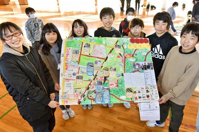 コンクールで入賞した防災マップを手に喜ぶ斗賀野小学校の6年生
